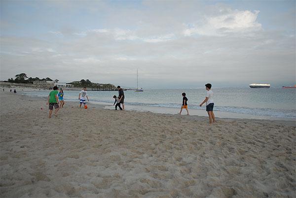jogo de futebol na praia
